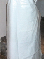 Přední část bílé latexové zástěry